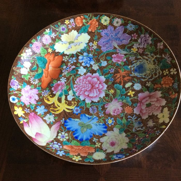 Large dish with a floral décor on a brown background - China - Qianlong zhuanshu (1723–1795) mark, circa 1900