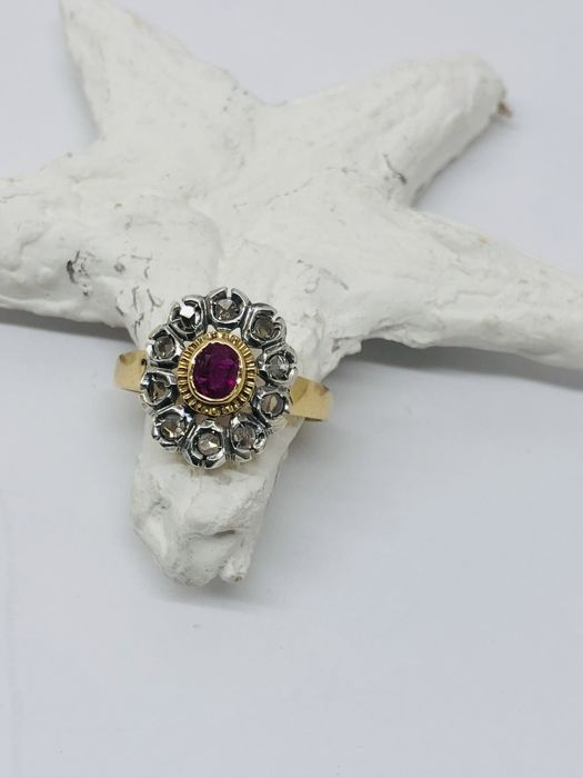 """Antique """"Lady"""" ring with antique cut oval ruby and 10 roses of brilliants in 18 kt yellow gold - size 17"""
