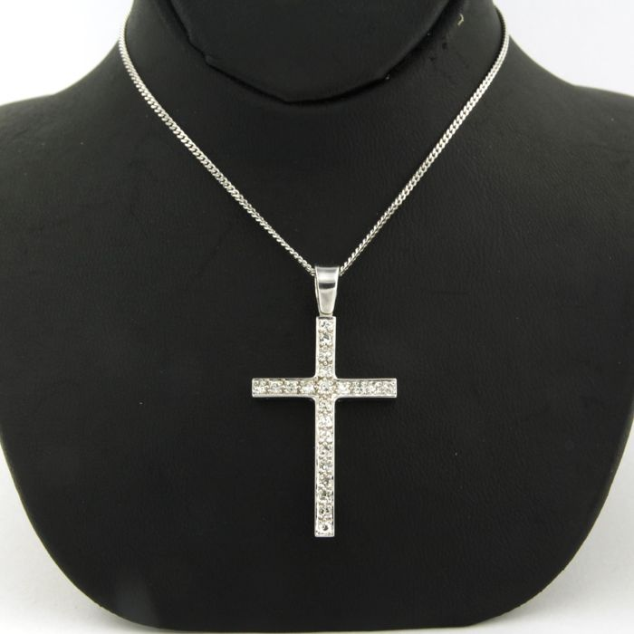14 kt white gold cross pendant, set with 22 brilliant-cut diamonds of 50 ct, size of the cross is 3.2 x 2.1 cm