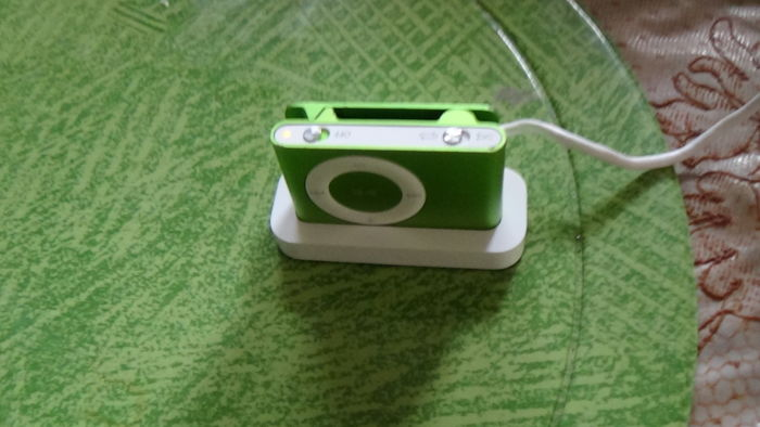 iPod Shuffle 16GB - green with dock cable and earphones completed