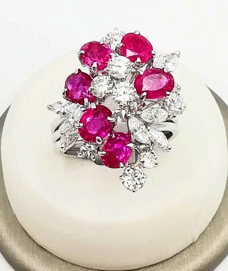 18 kt white gold women's ring, floral model with oval cut rubies, totalling 3.00 ct, brilliant cut diamonds totalling 1.22 ct, navette cut diamonds totalling 0.60 ct, colour G VS, size: 16.50, total weight: 10.53 g