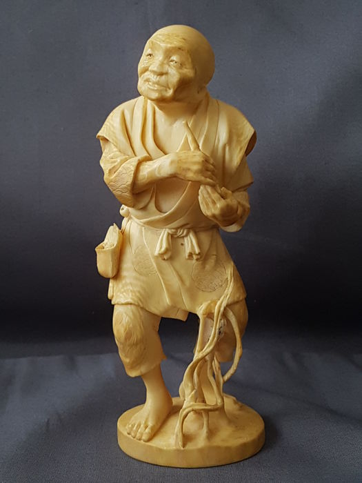 "Finely carved  ivory okimono "" Man holding a smoking pipe ""   - Japan - ca 1900 , signed"