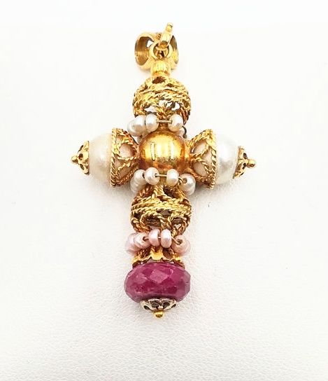 Pendant in 18 kt Yellow Gold with Cultured Salt Water Pearls and Opaque Ruby Size 4 x 3 cm
