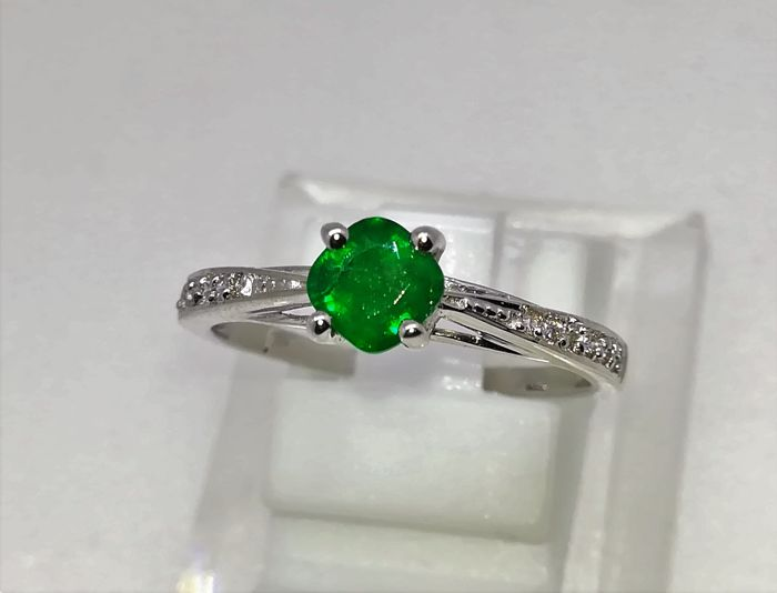 White gold ring 18 kt emerald and diamonds GVS Size: No. 14