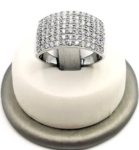 Band ring in 18 kt white gold, 'paved' with 1.00 ct brilliant cut diamonds, colour G clarity VS, size 19, weight 7.75
