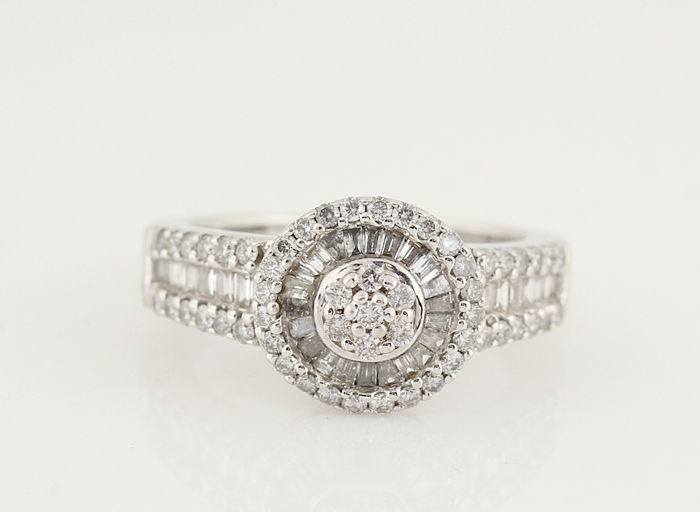 18 kt white gold diamond ring, 0.64 ct in total/G–H VS–SI/weight: 4.70 g/ring size: 48