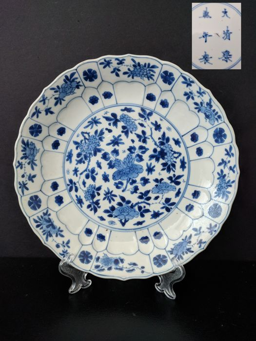 Porcelain plate - China - ca. 1700 and marked Kangxi