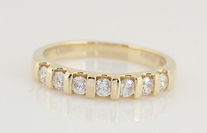 14 kt gold diamond ring 0.50 ct/7 round brilliants/G–H VS1–VS2/3.70 g/ring size: 56.5/New
