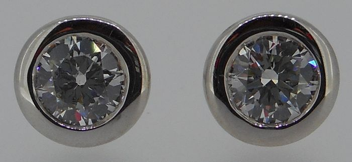 AIG certified 18 kt white gold brilliant cut diamond earrings (studs) 0.92 ct total