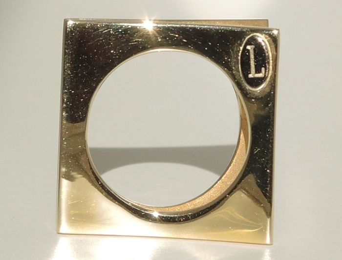 18kt gold square ring of design made by the Italian brand Laurentia – wearable in different ways – 11,20 gr – size 52 – unused