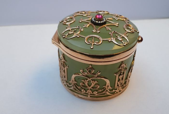 Russian bowenite box with gold and precious stones - Gold -.585 (14 karat) - Russia - 1900-1949