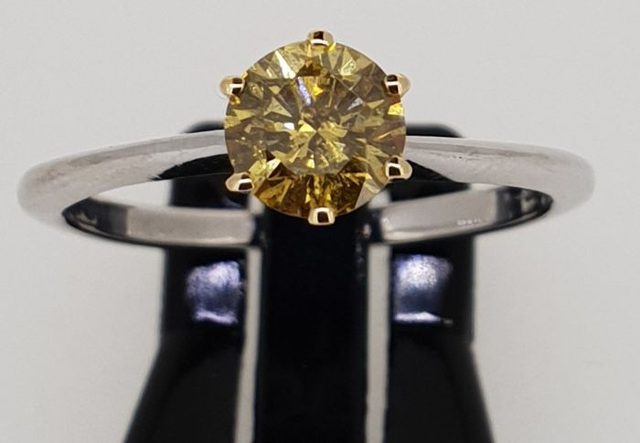 18 kt white/yellow gold IGI Certified brilliant cut Natural Fancy Intense Yellow diamond solitaire ring size: 53/N/7.0/13
