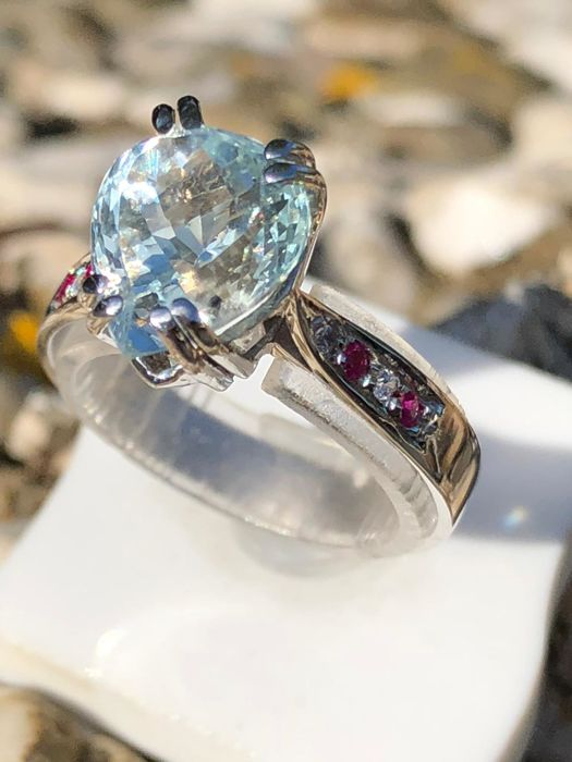 Ring with pear cut aquamarine, 2.71 ct, diamonds, 0.15 ct, E/VVS, and rubies, 0.15 ct - No reserve