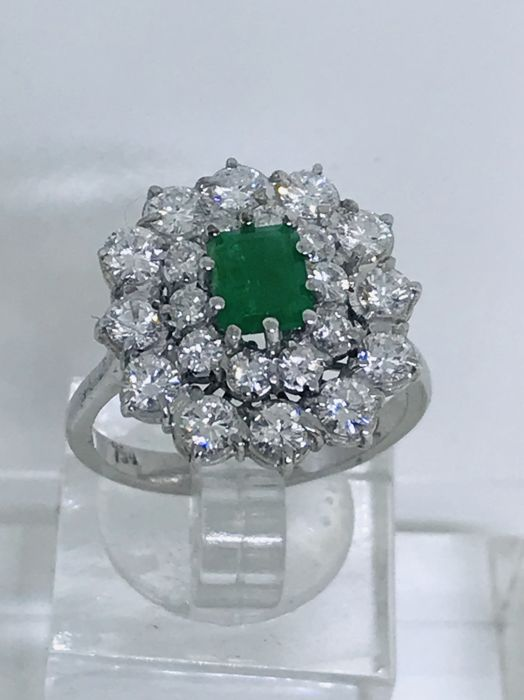 Ring in 18 kt gold with 0.75 ct emerald and 1.80 ct diamonds