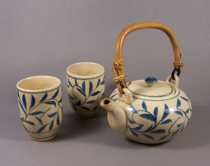 A pottery tea pot with two marked bowls ('chawan') – Japan – ca 1990 (Showa/Heisei Period)