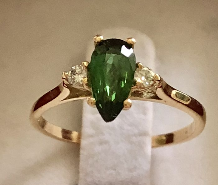 Yellow gold ring of 18 kt with faceted high-quality pear cut tourmaline of 0.70 ct and 2 brilliant cut diamonds of 0.24 ct approx - Ring diameter 16 mm