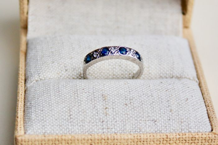 18 kt Gold Ring set with Sapphire and Diamonds. No reserve price.