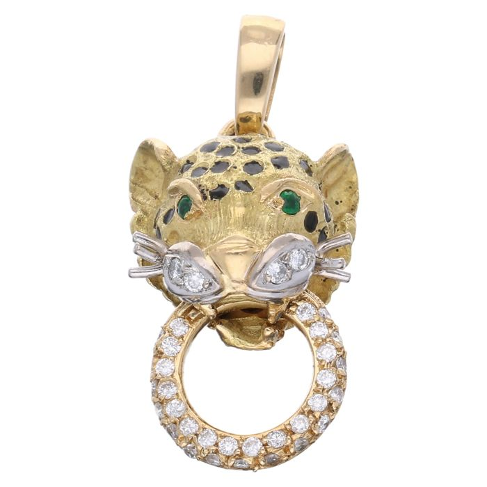 18 kt  - Yellow gold panther pendant, each set with 2 emeralds and 34 brilliant cut diamonds, approx. 0.17 ct in total - L x W: 29 x 14 mm