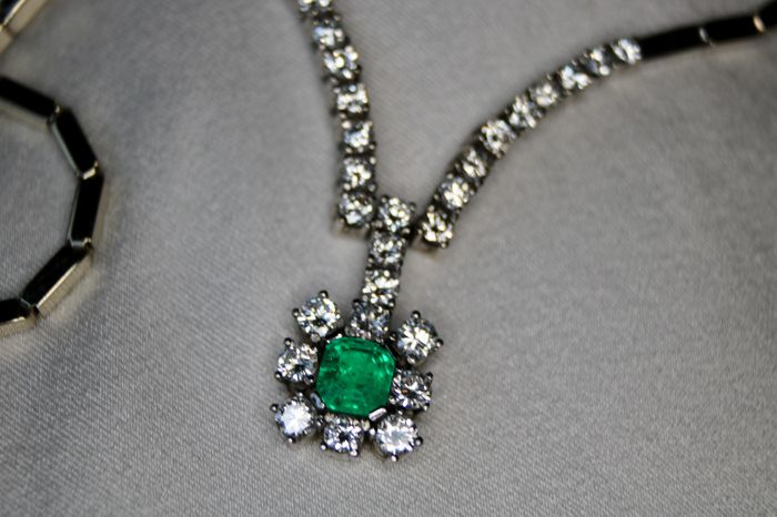 2.75Ct. total White gold brand necklace with natural diamonds G/VVSI and Top quality transparent Emerald. As new/unused.