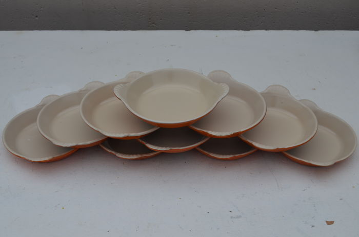 Lot of 10 orange round oven dishes - Le Creuset - cast iron and enamel