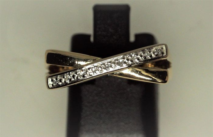 18 kt gold ring with diamonds of 0.045 ct, H SI. - Size: 56 EU