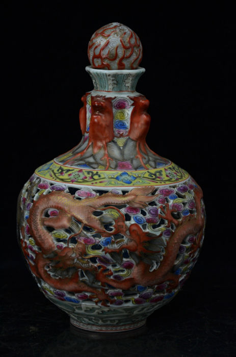 A rare Famille Rose porcelain vase - China - late 20th/21st century