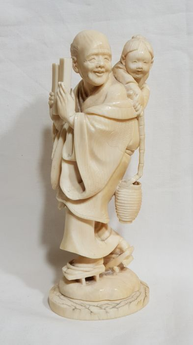 Ivory okimono of a man with child - Japan, late 19th/early 20th century (Meiji period)