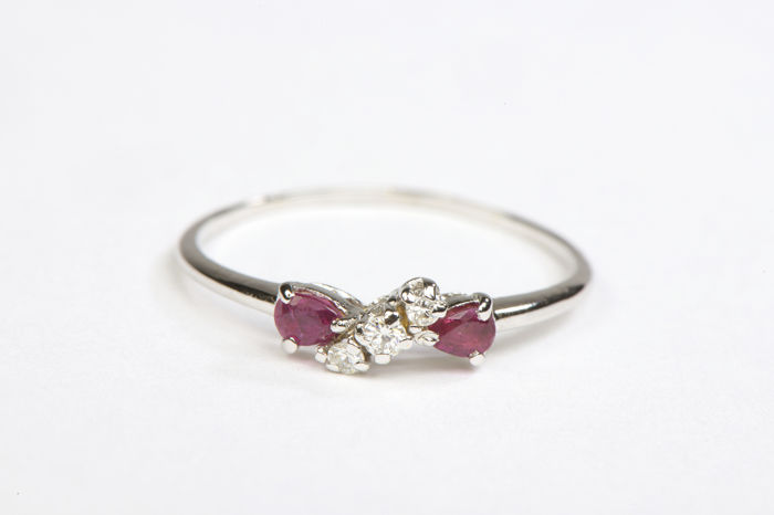 Cocktail ring - 18 kt white gold - Diamonds of 0.06 ct - Rubies of 0.15 ct - Size: 58 (EU)