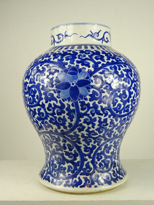 Large porcelain jar with lotus decoration - China - second half of the 19th century