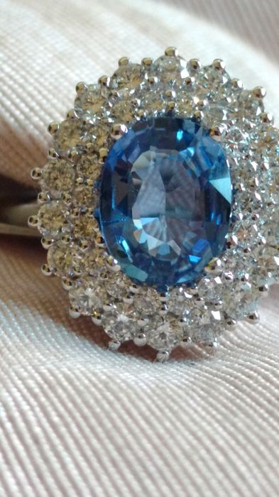 Ring with head surrounded in 18 kt white gold with diamonds and sapphire totalling 2.13 ct