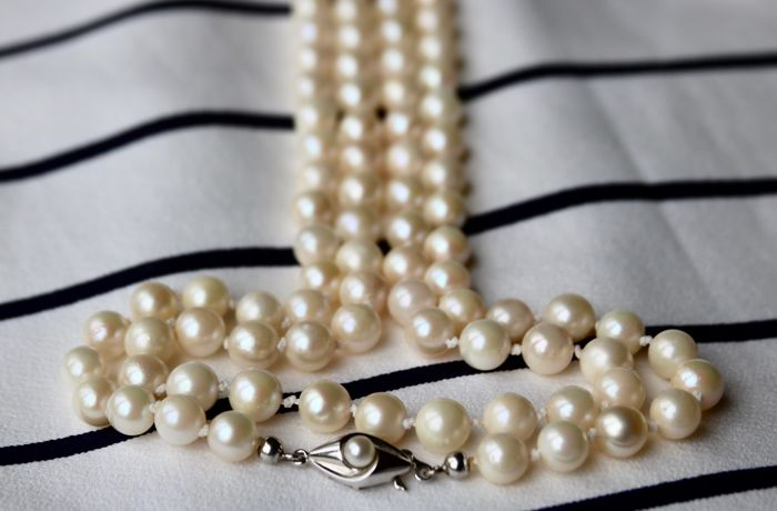 Very long (101cm) or 2 row vintage Akoya necklace with genuine sea pearls 7.0-6.5mm from around 1950 set with a JKA white gold clasp