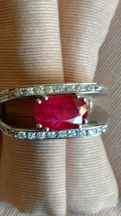 18 kt white gold ring with diamonds and oval ruby - size 14