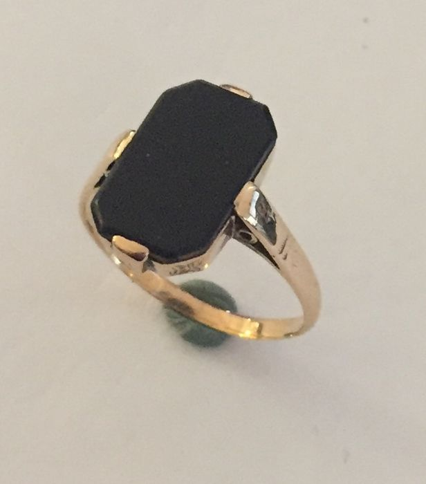 14 kt Gold ring with an onyx stone - size 18 (57)