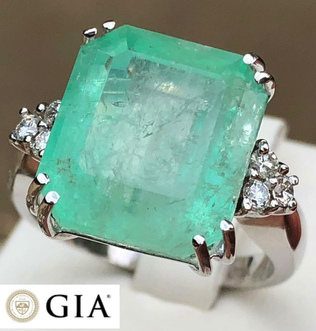Ring in 18 kt gold with GIA certified 10.38 ct emerald and 0.50 ct of diamonds, VVS E/D, size 14 - No reserve