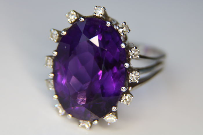 White gold entourage ring with approx. 11.30Ct gemstones, natural Amethyst surrounded with brilliant cut diamonds G/VS1. Goldsmith handarbeid.