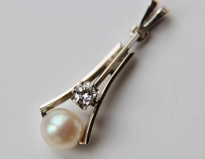 Vintage Italian white 14Kt gold pendant set with a 0.16 ct Diamond (F/VVS) and a lustrous 7 mm Akoya sea pearl