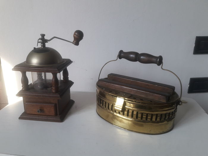 Coffee grinder and coal heater all in brass from the beginning of the 20th century - Italy