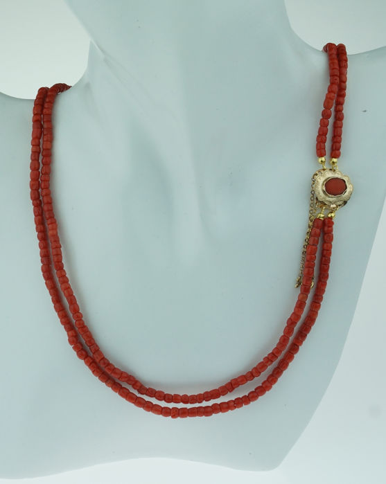 Fine precious coral women's necklace with an antique 14 kt gold clasp
