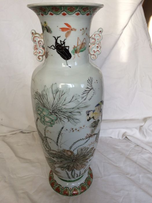 Porcelain vase decorated with animals - Japan - 19th century