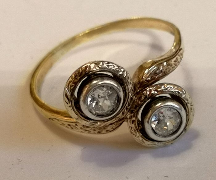 Antique Toi & Moi ring with two diamonds totalling 0.60 ct