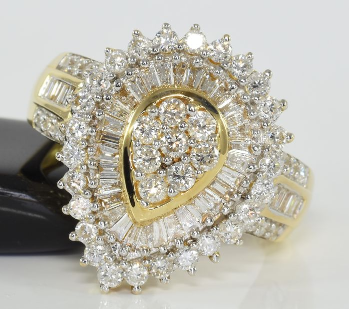 1.83 ct diamond cluster ring in 14 kt gold