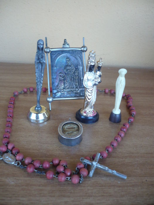 Miscellaneous lot - Relic and devotional items in copper, silver, lead, plastic, wood