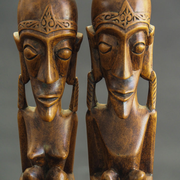 Pair of statues in tribal style from Sumatra - Indonesia