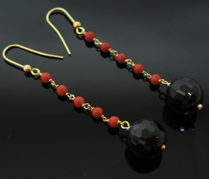 No reserve price - 18 KT yellow gold vintage earrings set with 10 round beads red of natural mediterranean coral elements Ø 3,5 mm and 2 black Onyx round faceted beads Ø 10 mm diameter