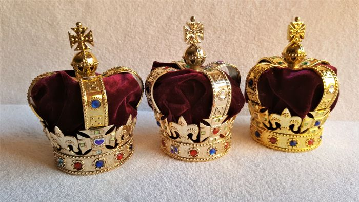 Windsor Castle Queen E II 3 crowns - Christmas tree - paste, velvet and coloured crystal