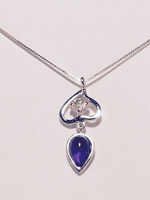 Necklace with pendant in 18 kt white gold with round diamond, VS1-H colour, 0.26 ct, droplet-shaped amethyst cabochon and pear cut pink tourmaline.