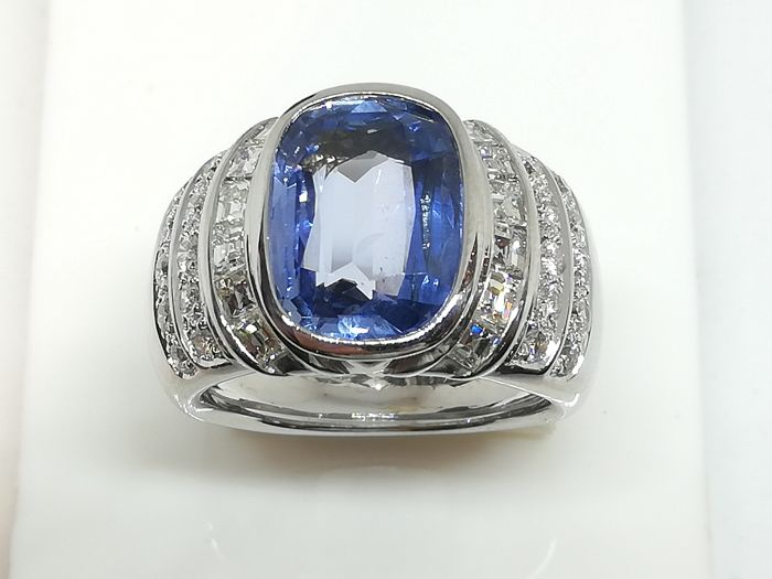 Large band ring in 750/000 gold with blue Ceylon sapphire, 6.48 ct - brilliant cut diamonds, 0.51 ct - carré cut diamonds totalling 0.86 ct