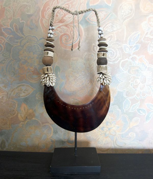 Decorative necklace with natural kina shell Papua-style - Indonesia