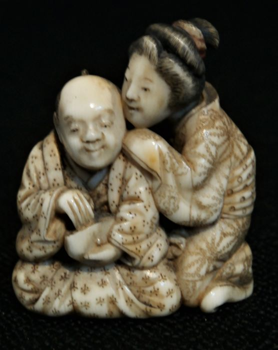 A fine ivory netsuke of a couple,  signed TomoChika - Japan - 19th century