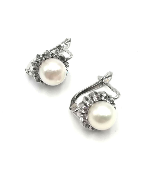 Women's 18 kt white gold earrings with mother-of-pearl, 7.40 mm diameter, diamonds totalling 0.60 cm, length 1.00 cm, total weight 6.52 g